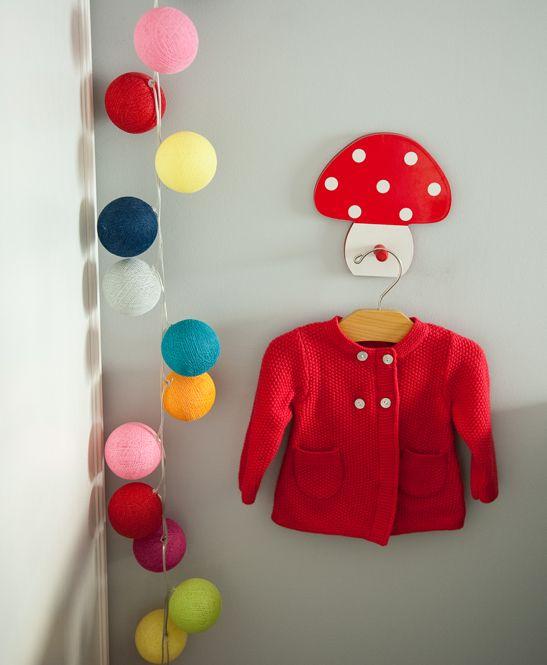 un porte manteau en forme de champignon et une guirlande de boules multicolore - Guirlande Electrique Bebe