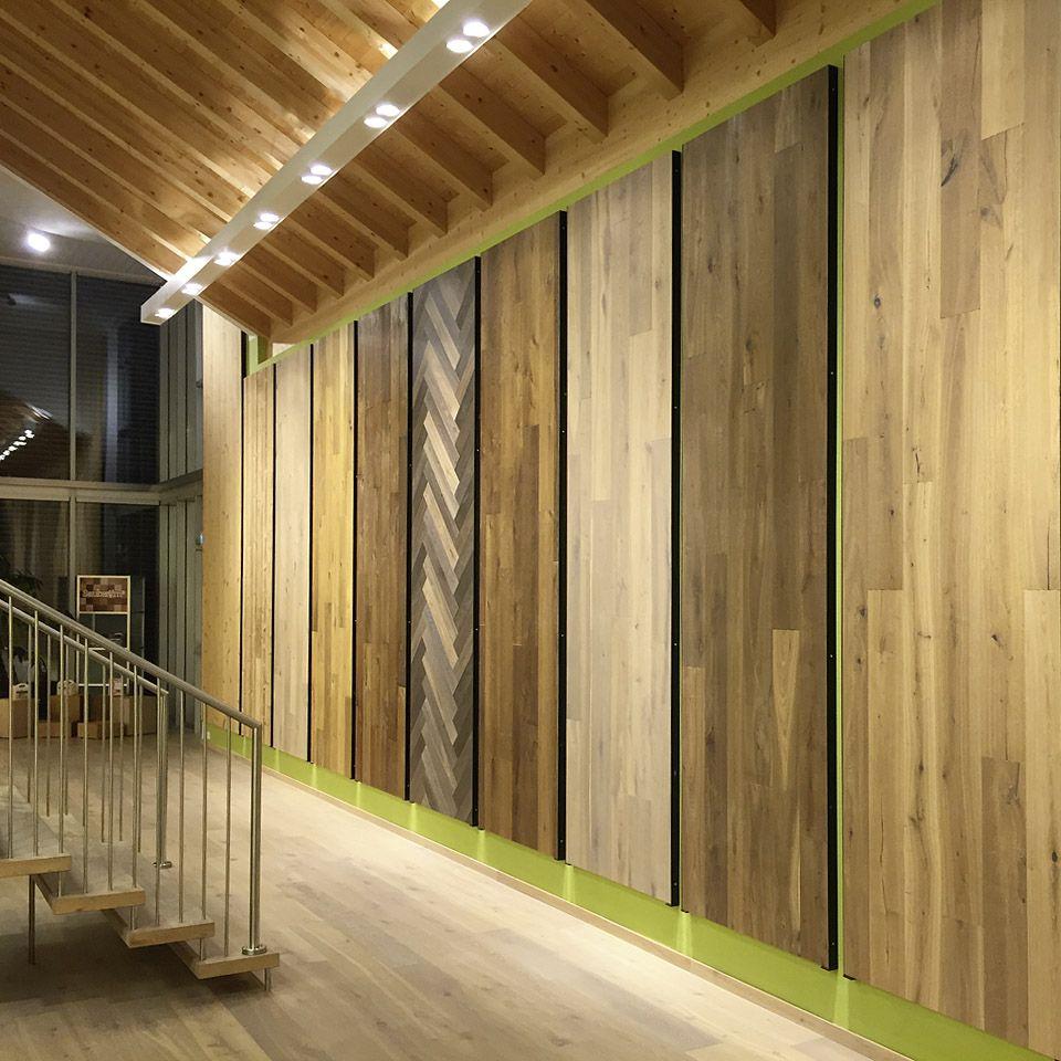 Unsere großen Musterplatten in der Ausstellung Tirol zeigen nur einen kleinen Teil unseres über 600 Böden umfassenden Sortiments. #Parkett #Ausstellung #Naturholzboden #Tirol