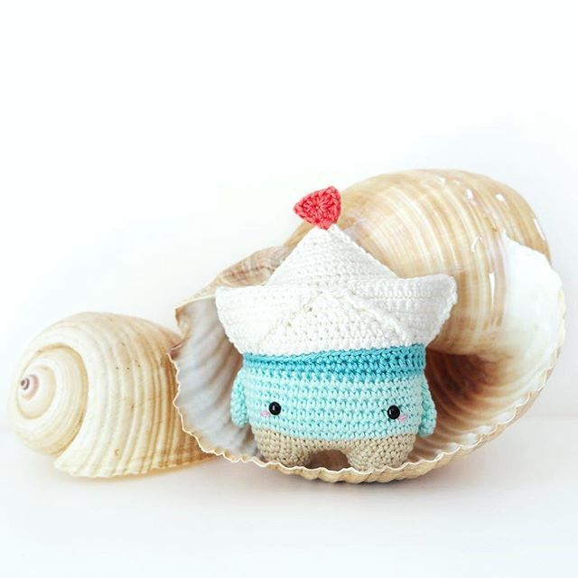 Fiete is listening to the sound of the sea! Can you hear it too? . Pattern: lalylala 4seasons Summer Special FIETE (available in my pattern shops - link in bio) . #lalylala #lalaland #lalylalapattern #paperboatFiete #paperboat #origamiboat #origamigurumi #amigurumi #amigurumilove #instacrochet #crochetersofinstagram