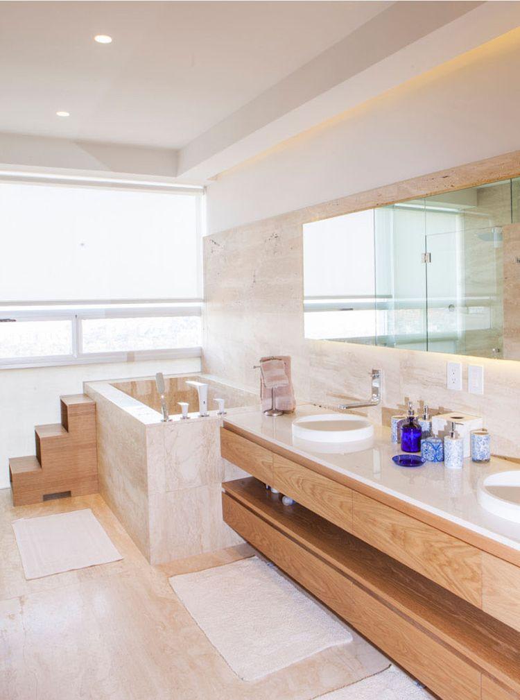 Travertin Badezimmer Mit Badewanne Und Doppelwaschbecken Aus Holz