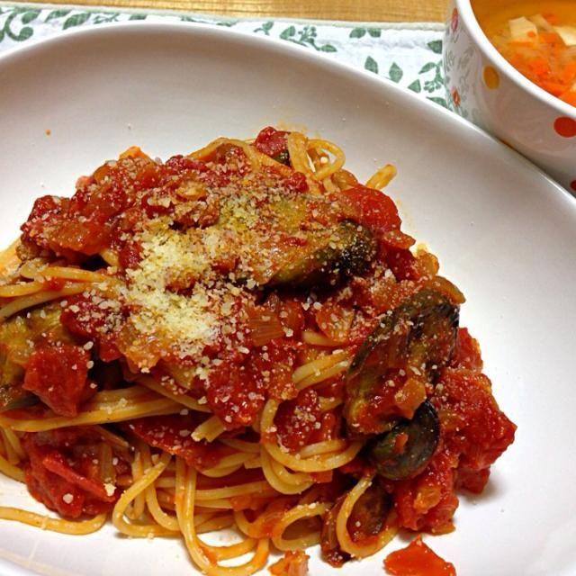 トマトソースは中川シェフのレシピを参考にさせて頂きました。 買い置きのトマト缶を使ったりしてるので、作ったよ投稿は遠慮しましたm(_ _)m  スープは 豆腐、ネギ、人参、生姜、とろろ昆布 を入れました。 - 106件のもぐもぐ - 茄子のトマトソーススパゲティ と 豆腐とネギの生姜スープ by koich