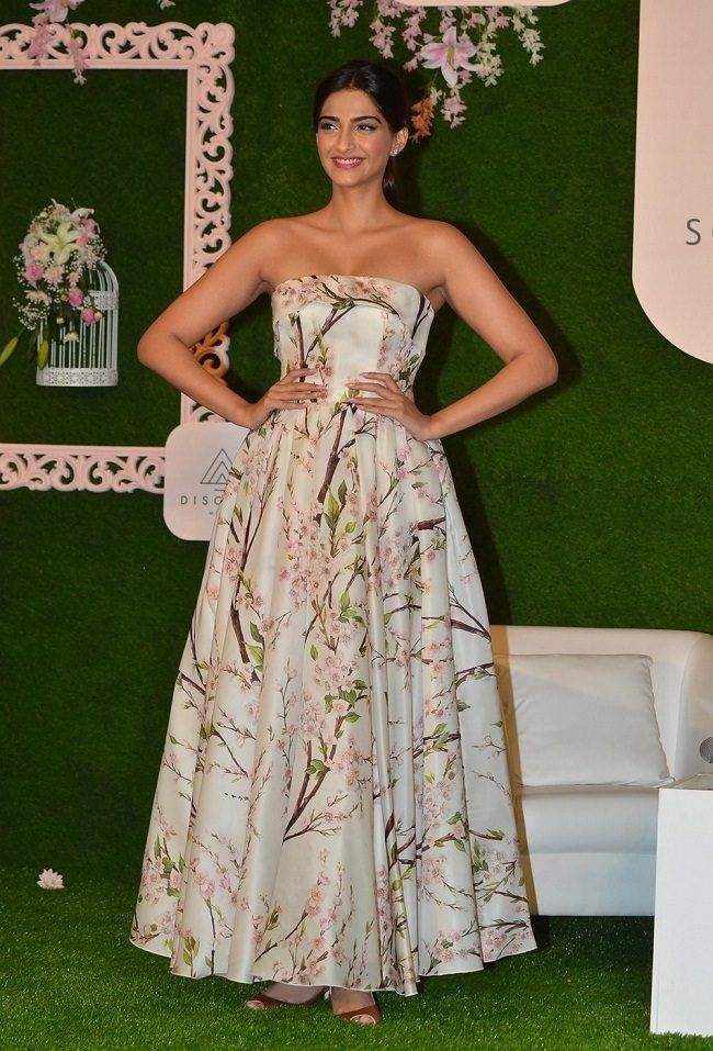Sonam Kapoor looked gorgeous strapless flowy gown in the launch event of her own exclusive mobile app! #SonamKapoor #Bollywood #Fashion