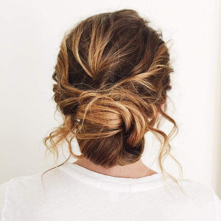Messy chignon brdial hairstyle #messychignon #updos #greenwedding #twistedhairstyle #weddinghair #weddings #weddingtime #makeup #braidstyles #braidedupdo #softcurls #twistedupdo