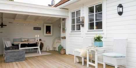 Feriestemning: Familien laget en lun, liten hagestue i forlengelse av terrassen.