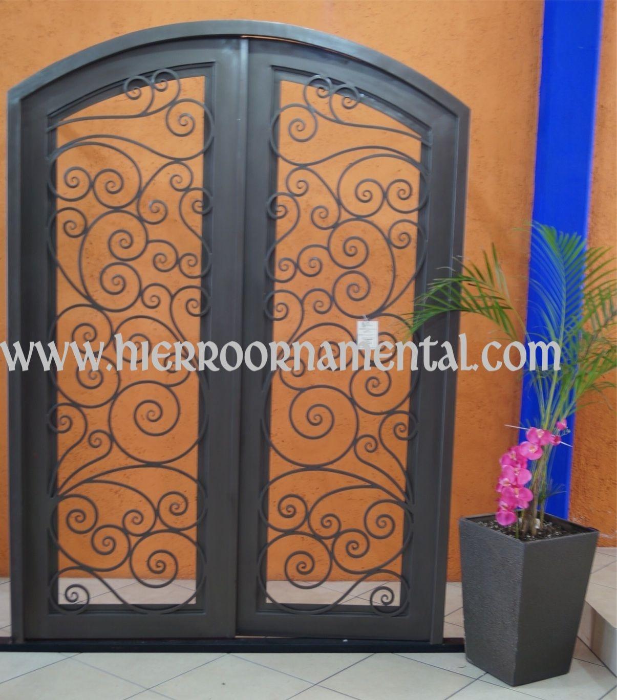 Puerta principal con arco suave detalle producto for Puertas de madera con herreria