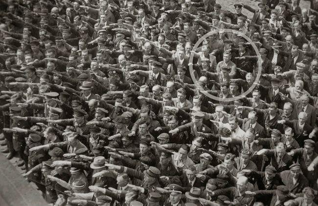 O trabalhador alemão August Landmesser  que era casado com uma judia recusa-se a cumprimentar Hitler em Hamburgo, 1936