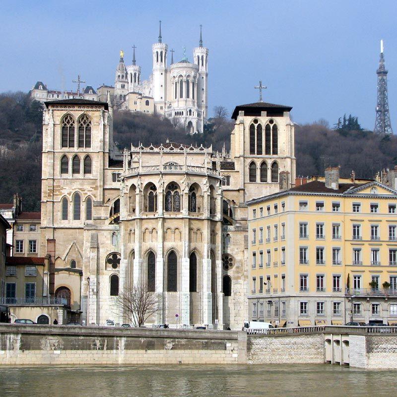 La cathédrale Saint-Jean de Lyon est aussi primatiale car le siège historique du Primat des Gaules. Elle est reconstruite du 12° au 15° dans le style gothique. Le chevet, portion la plus ancienne, est encore proche du roman et est dépourvu de déambulatoire. L'étroit transept et la nef sont plus conformes aux canons gothiques. Le portail occidental de style flamboyant conserve une certaine austérité. 4 clochers encadrent l'édifice