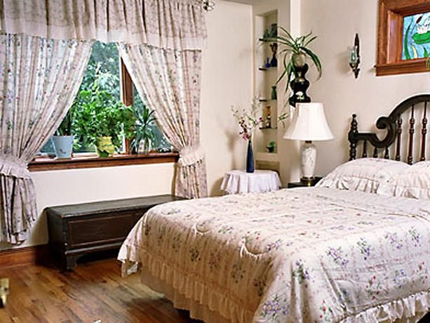 OopsnewsHotels - Bibi's Garden Bed & Breakfast. Located in Brooklyn, this bed & breakfast provides good value accommodation.   There are 5 rooms at Bibi's Garden Bed & Breakfast, each offering all the necessities to ensure a comfortable stay.   Bibi's Garden Bed & Breakfast's restaurant is open for breakfast, providing guests with a convenient dining experience near their room.   John F. Kennedy International Airport is less than a 30-minute drive from the bed & breakfast.
