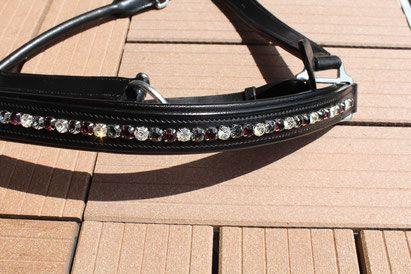 """Schwarzes Lederhalfter mit Fassung. Es wurden Strasssteine der Größe SS38 mit """"pointed back"""" verwendet. Die Steine werden mit Hilfe einer Kesselkette in das Halfter eingearbeitet."""