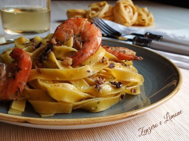 Le tagliatelle gamberi, mandorle e olive nere sono un primo piatto raffinato e appetitoso che non comporta alcuna particolare difficoltà nella preparazione