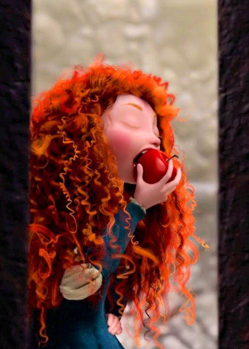 Merilda comendo maçã