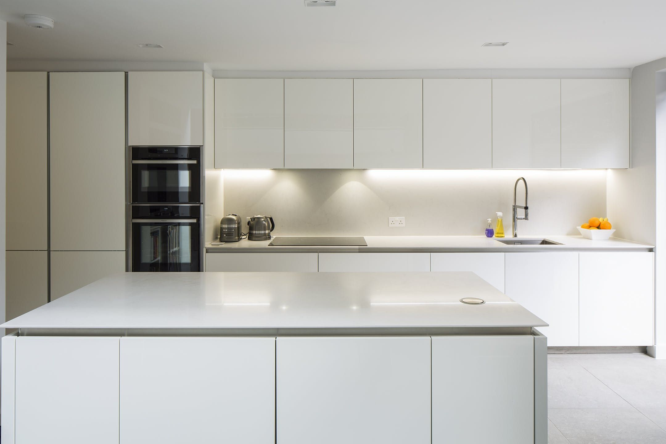 This scheme consists of a contemporary oak lined side-return ...
