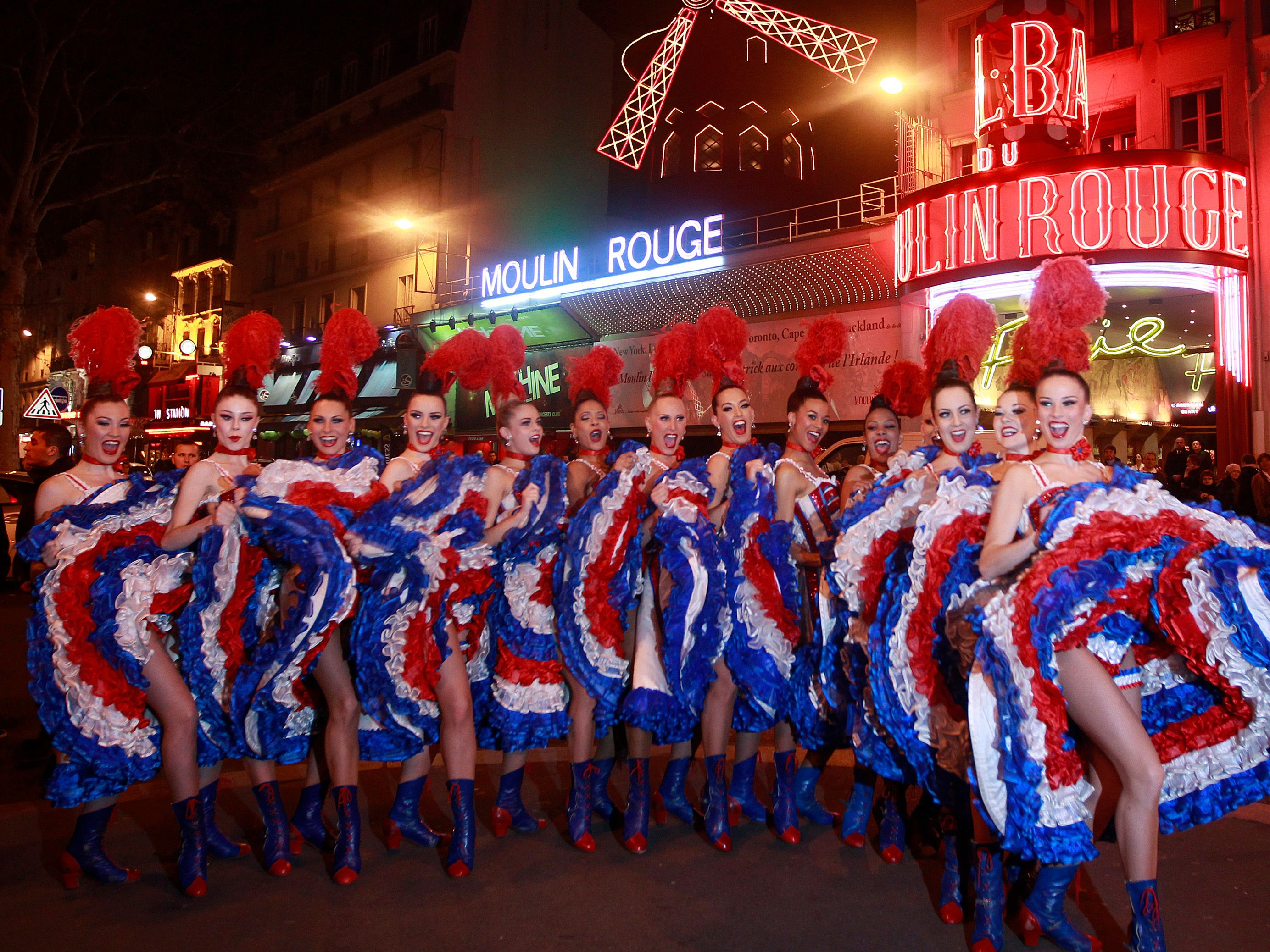 Nos artistes devant le moulin rouge en costume tricolore for French shows
