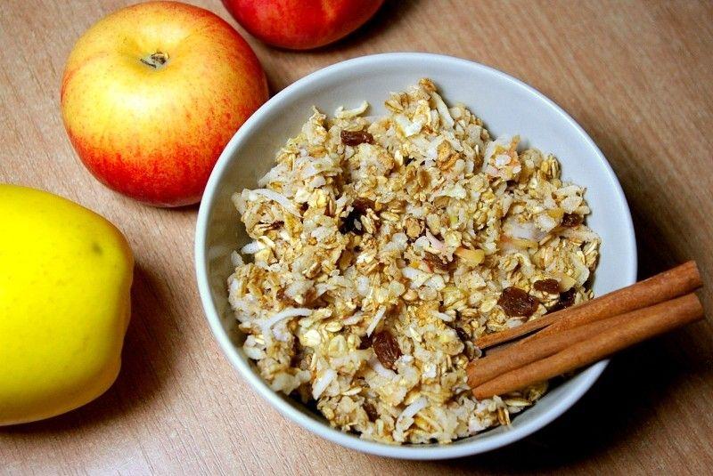 Nie ma nic gorszego niż zimne śniadanie. Niestety często rano brakuje nam czasu na przygotowanie ciepłego posiłku. Czasem ratuję moją owsiankę lub koktajl odrobiną wrzątku ale to nie jest rozwiązanie idealne. Jeśli tylko czas na to pozwala, smażę omleta lub przygotowuję zapiekaną owsiankę, którą widzicie na zdjęciu. Fajna, słodka odmiana owsianki a jej przygotowanie wcale…