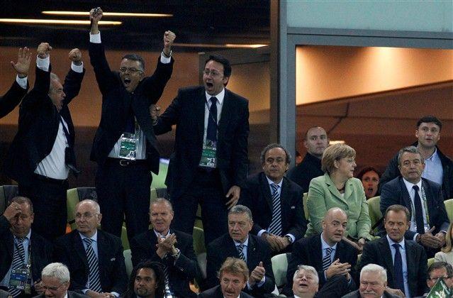 Enquanto uns comemoram... outros assistem. Mas os alemães deram a volta e venceram por 4-2