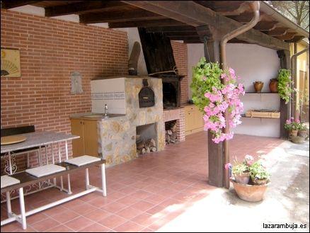 Cocina exterior con comedor barbacoas cocinas y for Comedores para jardin
