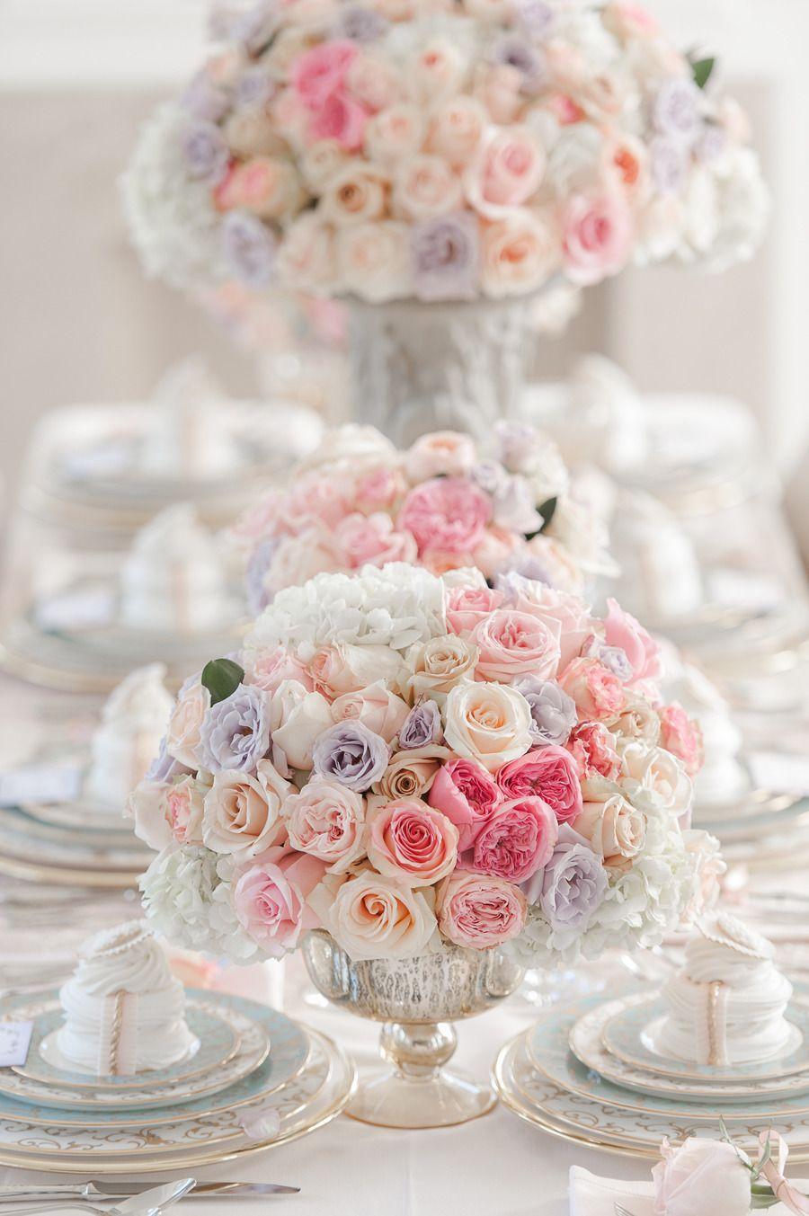 Centros de mesa feitos com rosas em diversas cores e hortências brancas. #casamento #decoração #estilo #romântico