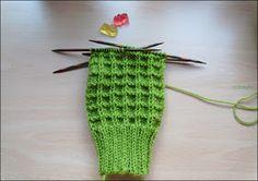Männerangelegenheiten       Männersocken stricken ist langwierig und öde - meistens keine Muster und nur dröge   Farben.     Aber die Nac... #knittingdesigns