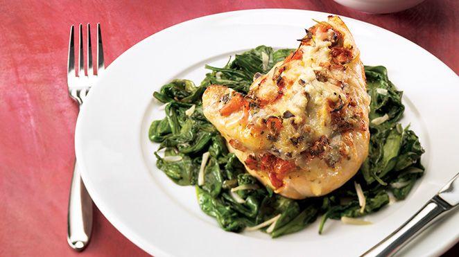Poitrines de poulet aux épinards et à la bruschetta gratinées | Recettes IGA | Volaille, Fromage, Recette facile