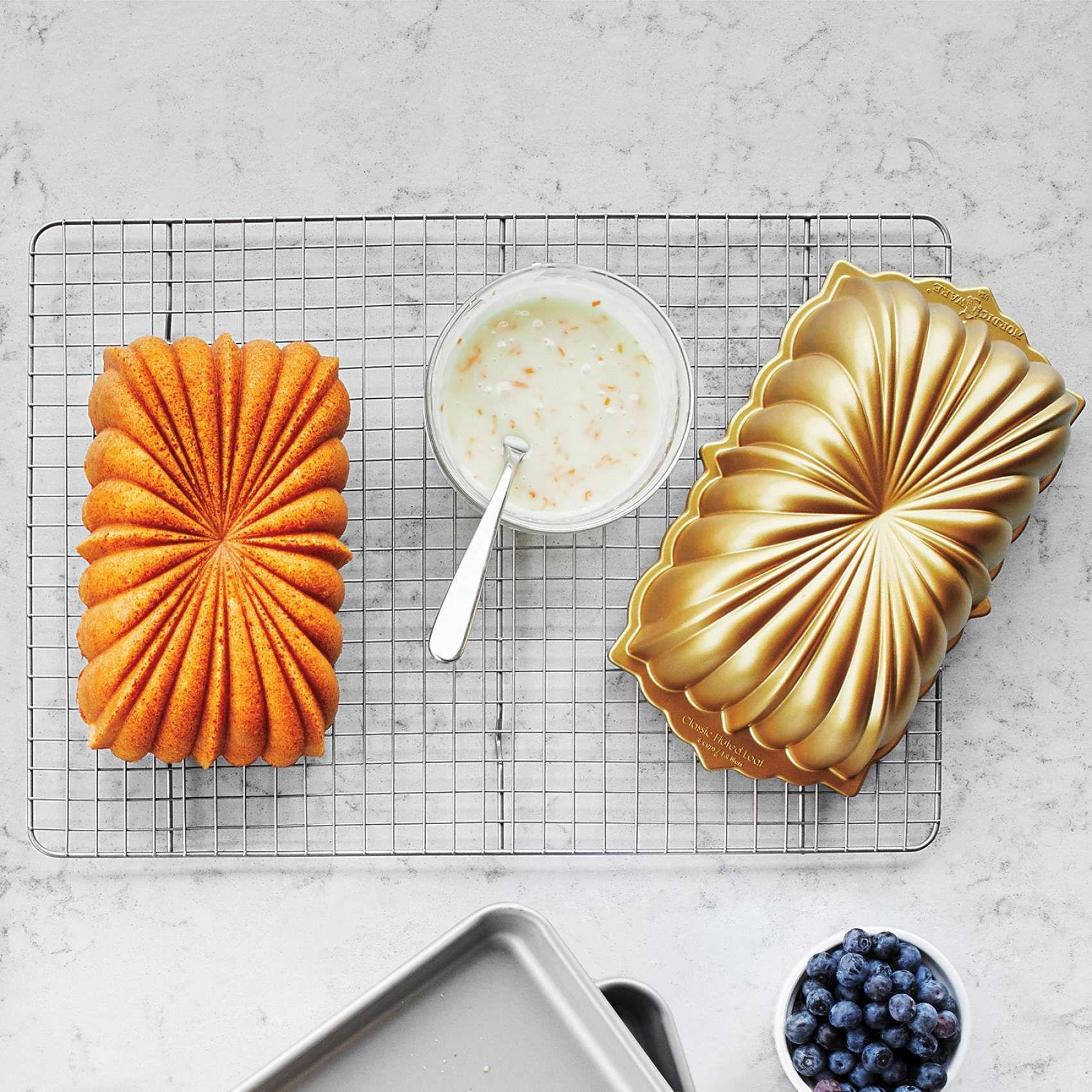 Nordic ware anniversary loaf pan 6 cups sur la table
