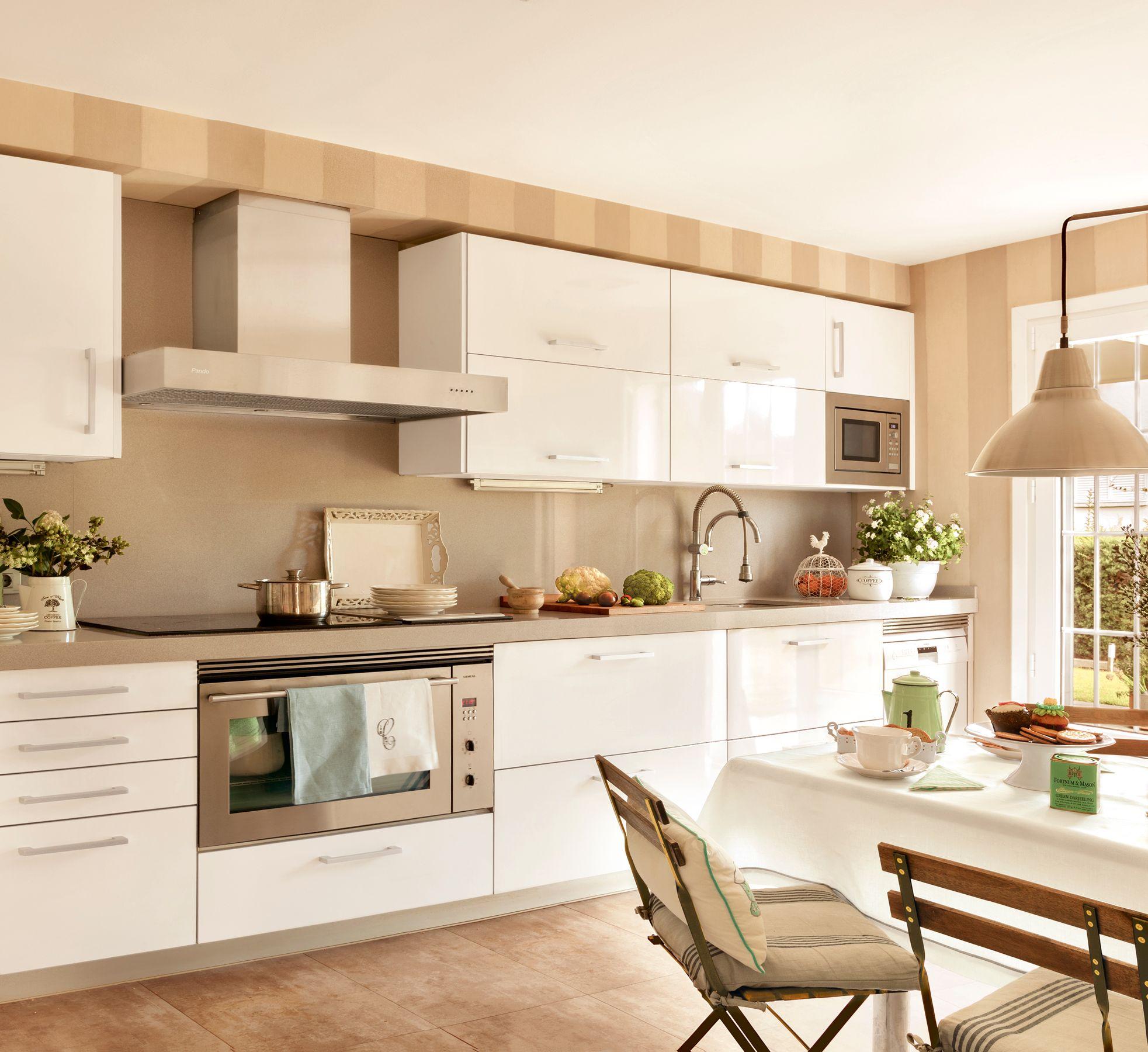 Amplia cocina con encimera de mármol beige y mobiliario en blanco_15 ...