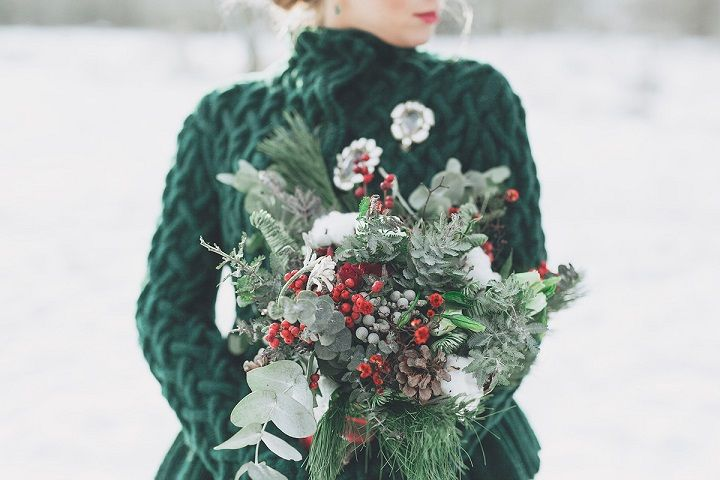 Christmas winter wedding bouquet in shades of green and berries | fabmood.com #wedding #winterwedding #christmas #christmaswedding