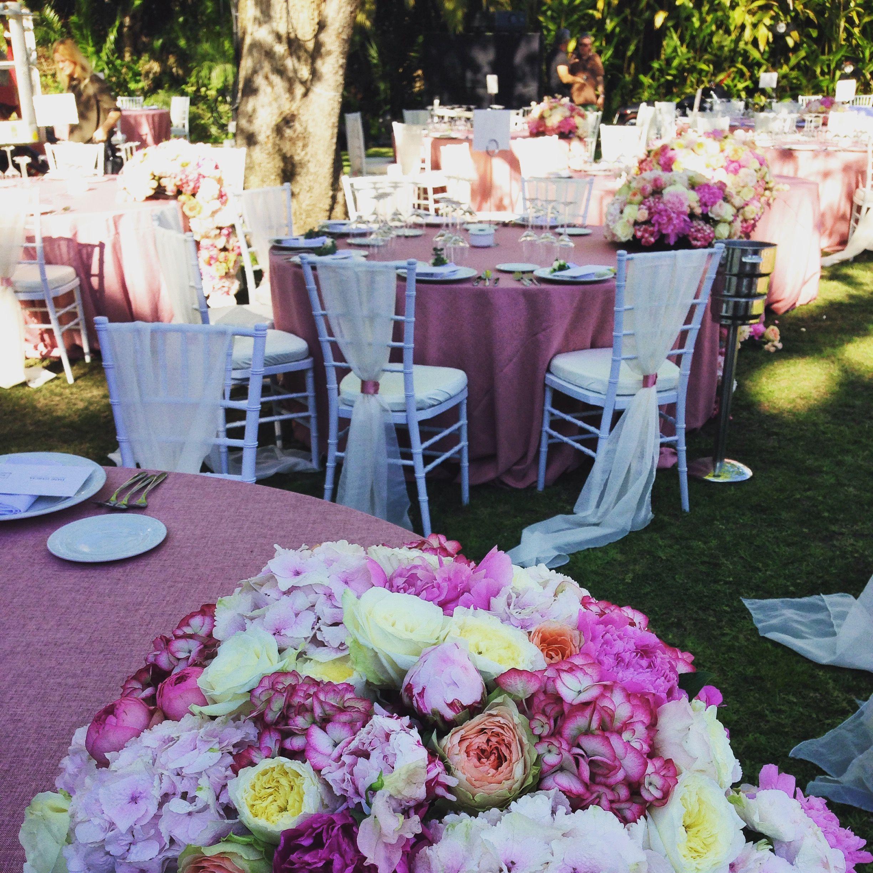 Bonita mesa en tonos rosas y blancos