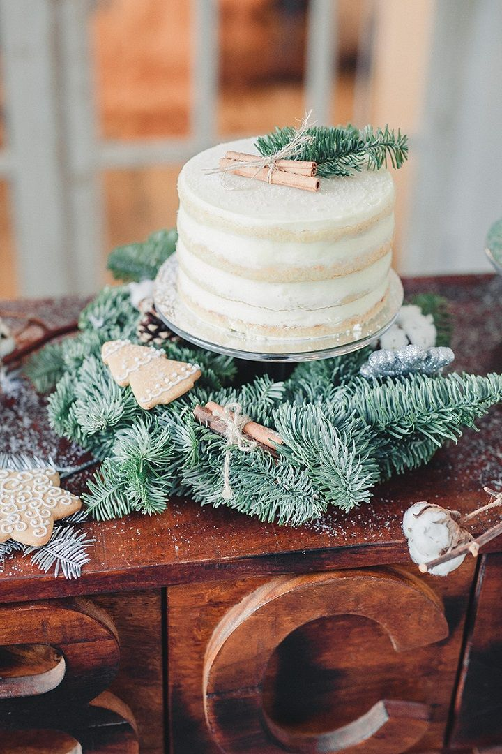 Rustic and cozy winter wedding styled shoot | rustic winter wedding cake | fabmood.com #winterwedding #weddingcake #wedding #rusticwedding #nakedweddingcake