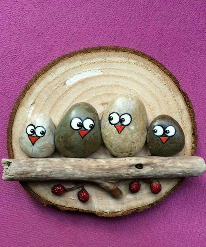 peinture sur galet des oiseaux en pierres perches sur un baton