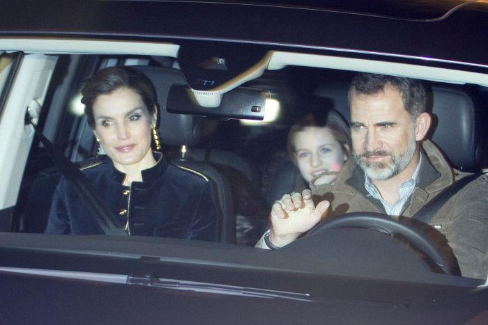 Hier en fin de journée, Felipe, Letizia, Leonor et Sofia se sont rendus chez le père de Letizia pour célébrer les Rois Mages, à Madrid.    ...