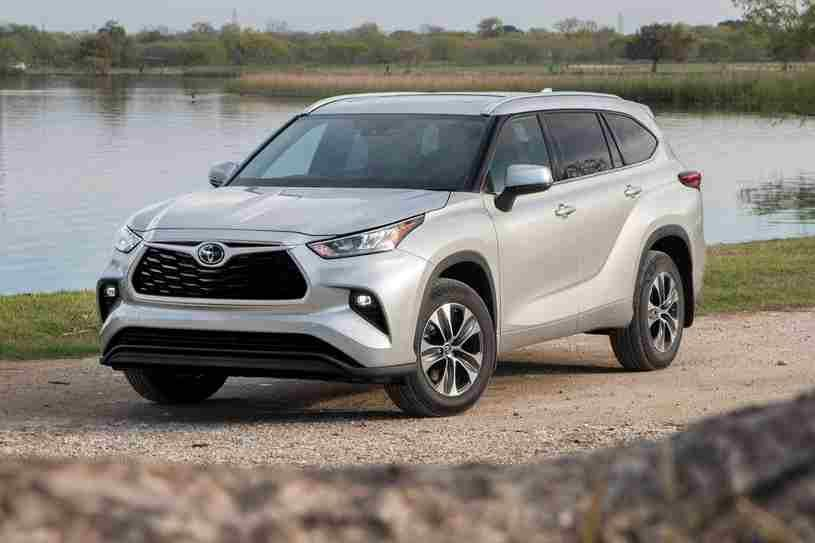 تويوتا هايلاندر 2021 الجديدة تصنف في تصنيفات سيارات الدفع الرباعي متوسطة الحجم توفر مقصورة جميلة ومحرك قوي لكن الصف الثالث Sport Cars Toyota Highlander Toyota