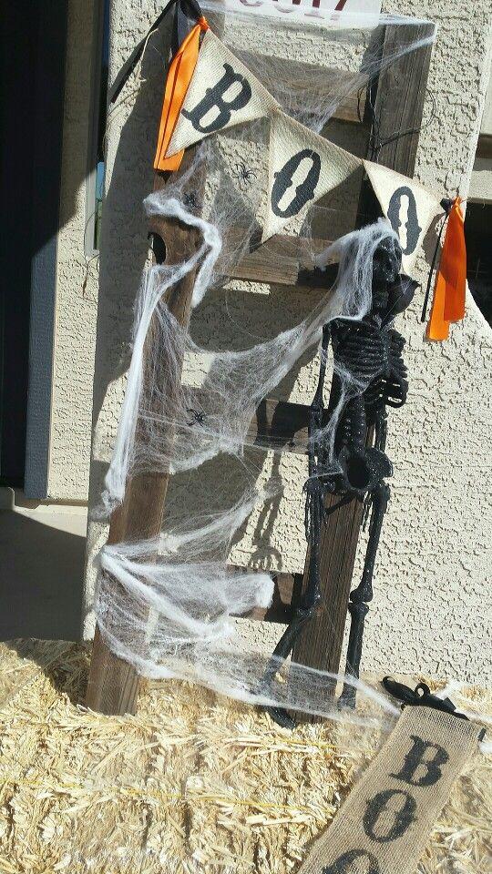 halloween Boo Burlap banner Old fence made Ladder #straw #halloween - halloween outside decoration ideas