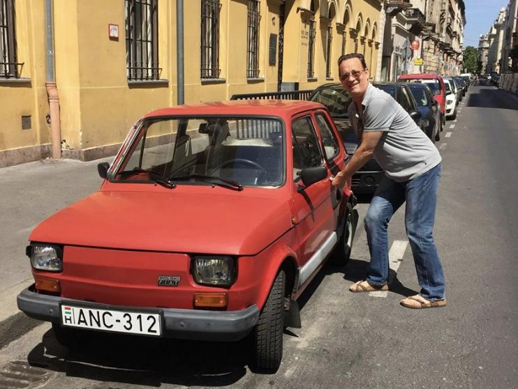 Fans Le Regalan Un Carro Fiat A Tom Hanks