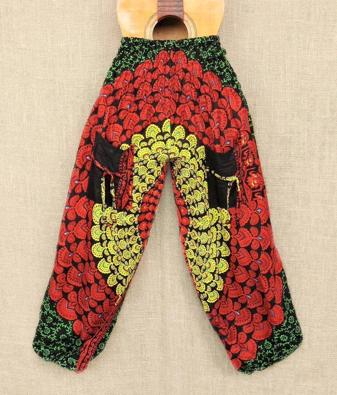Calças indianas psicodélicas cores e formas que fogem dos padrões.  Por 6490.  Saiba mais pelo nosso whatsapp: 13982166299
