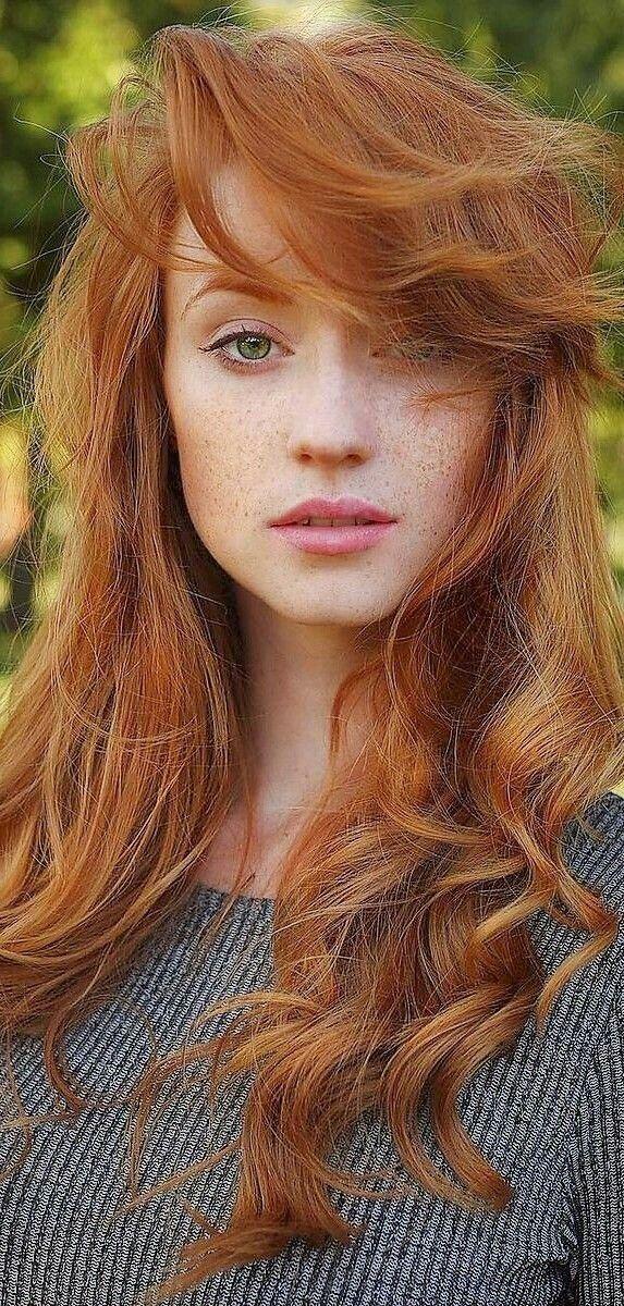 # .05 Kenna Starr rote Haare mit einer Welle. Grüne Augen