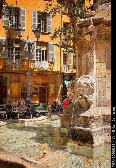 Fuente en la Plaza de l'Hotel de Ville, Aix-en-Provence, Francia.
