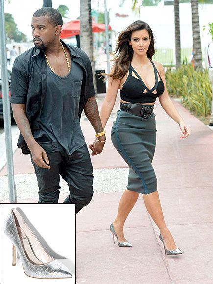KIM KARDASHIAN    Los accesorios en tonos metálicos se imponen esta temporada. Kim Kardashian lució esta tendencia con unos pumps de la más reciente colección de Jimmy Choo, cuyo precio original es $650. Ponte en boga con estos Vince Camuto, que tan solo cuestan $98.