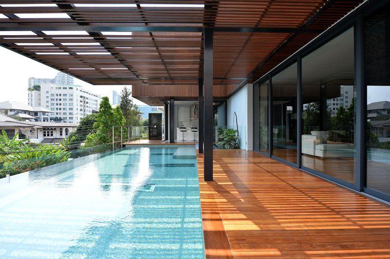 Belle maison contemporaine en bois et béton avec piscine en hauteur