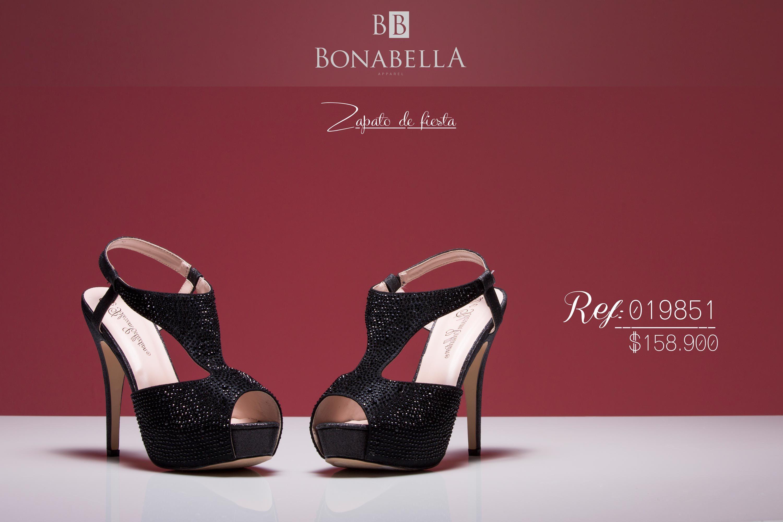Los zapatos de tacón negro, altos, elegantes, basados sobre una plataforma sólida aportan a la silueta glamour y estética.