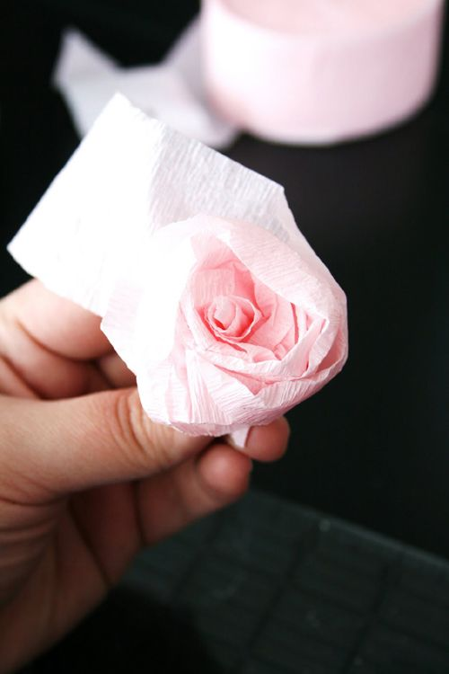 Do It Yourself Wedding Project Crepe Paper Rose Pomanders Wedshare Daily Rosas Con Papel Crepe Papel Crepe Rosa Flores En Papel Crepe