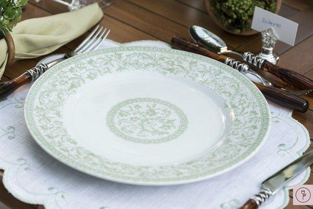 Sobre delicados jogos americanos com arabescos bordados à mão, dispusemos os pratos com motivos florais em verde celadon, uma de nossas cores favoritas. Os marcadores de lugar e os descansos de talher em prata em forma de rosa, da mesma coleção, deram um toque todo especial à mesa.