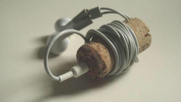 Enrolla tus auriculares en un tapón de corcho
