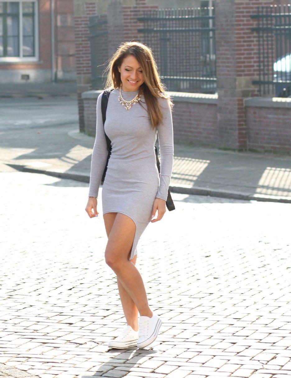 Lange jurk met sneakers
