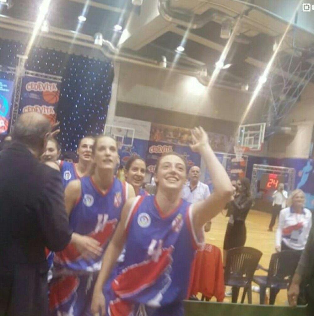 Košarkašice Sportske gimnazije iz Beograda postale su šampionke sveta!    Na minulom Svetskom prvenstvu, koje je održano u Poreču, naše devojke su stigle do najsjajnijeg odličja. Ceo turnir su odigrale sjajno, a u finalu su bile bolje od vršnjakinja iz Grčke - 71:52.   #kosarkasice #pressserbia #sportska gimnazija #svetsko prvenstvo
