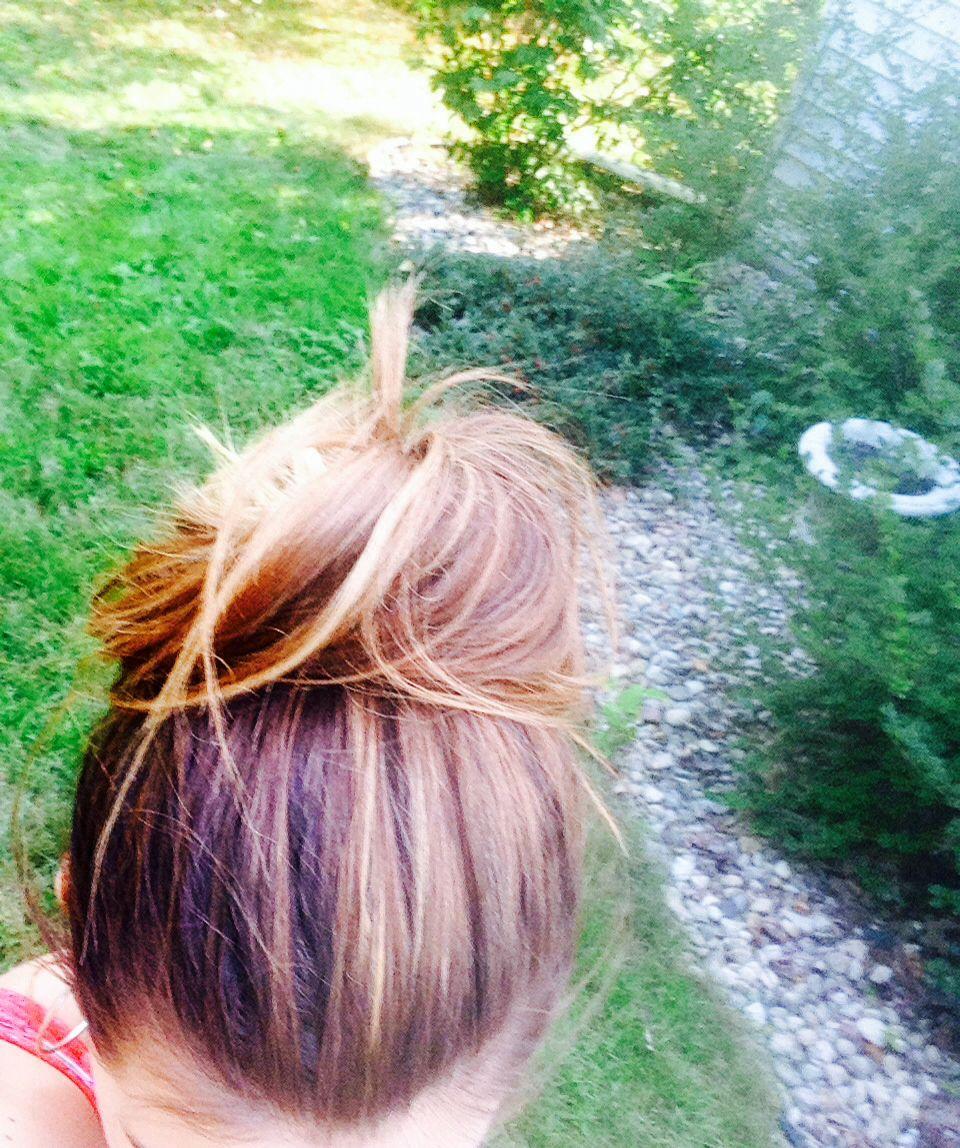 Cute summer hair ideas, an easy top knot bun   Summer hairstyles, Easy top knot, Great hair
