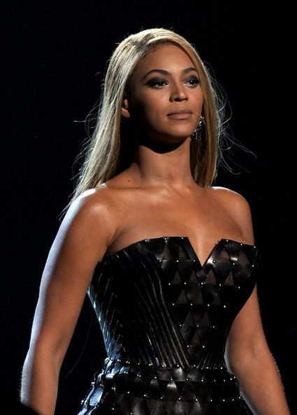 Beyonce Knowles Photos - Singer Beyonce Knowles performs onstage during the 52nd Annual GRAMMY Awards held at Staples Center on January 31, 2010 in Los Angeles, California. - 52nd Annual GRAMMY Awards - Show