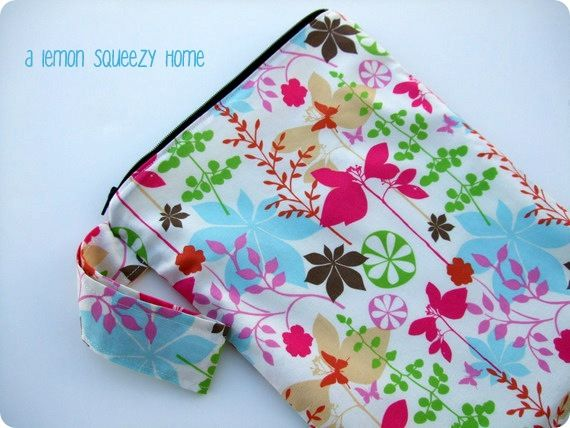 #DIY wet bag #sewing tutorial, a great project for any wet clothing or #diaper storage needs. Really perfect for tucking into your luggage to keep your dirty clothing separate from the clean clothes!