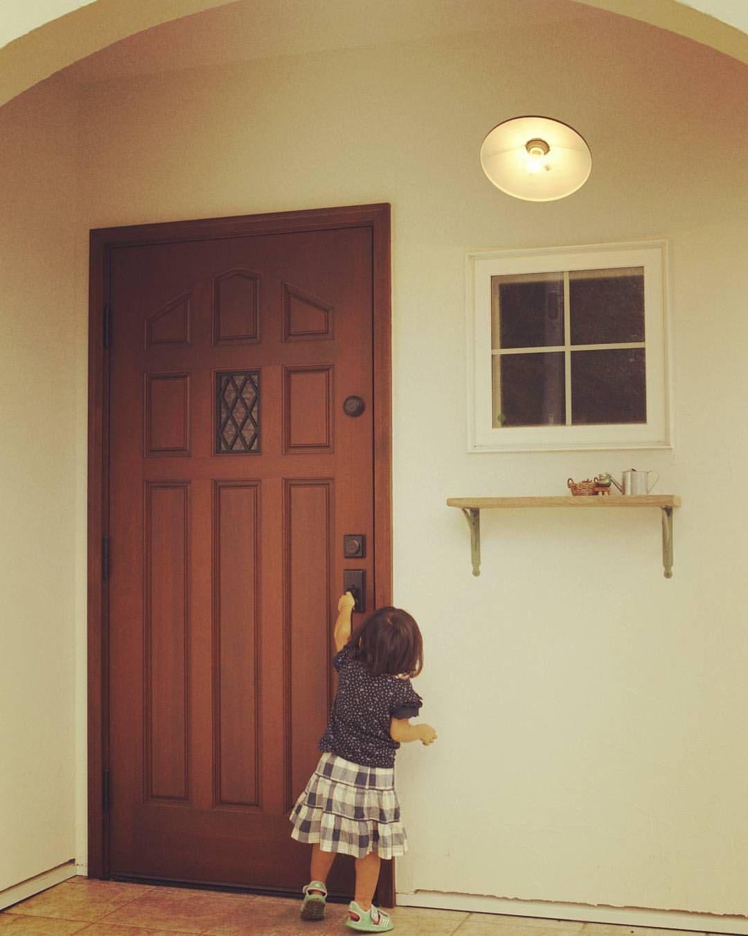 ちいさな手と大きなドア 天使みたいな後ろ姿 ナチュラル