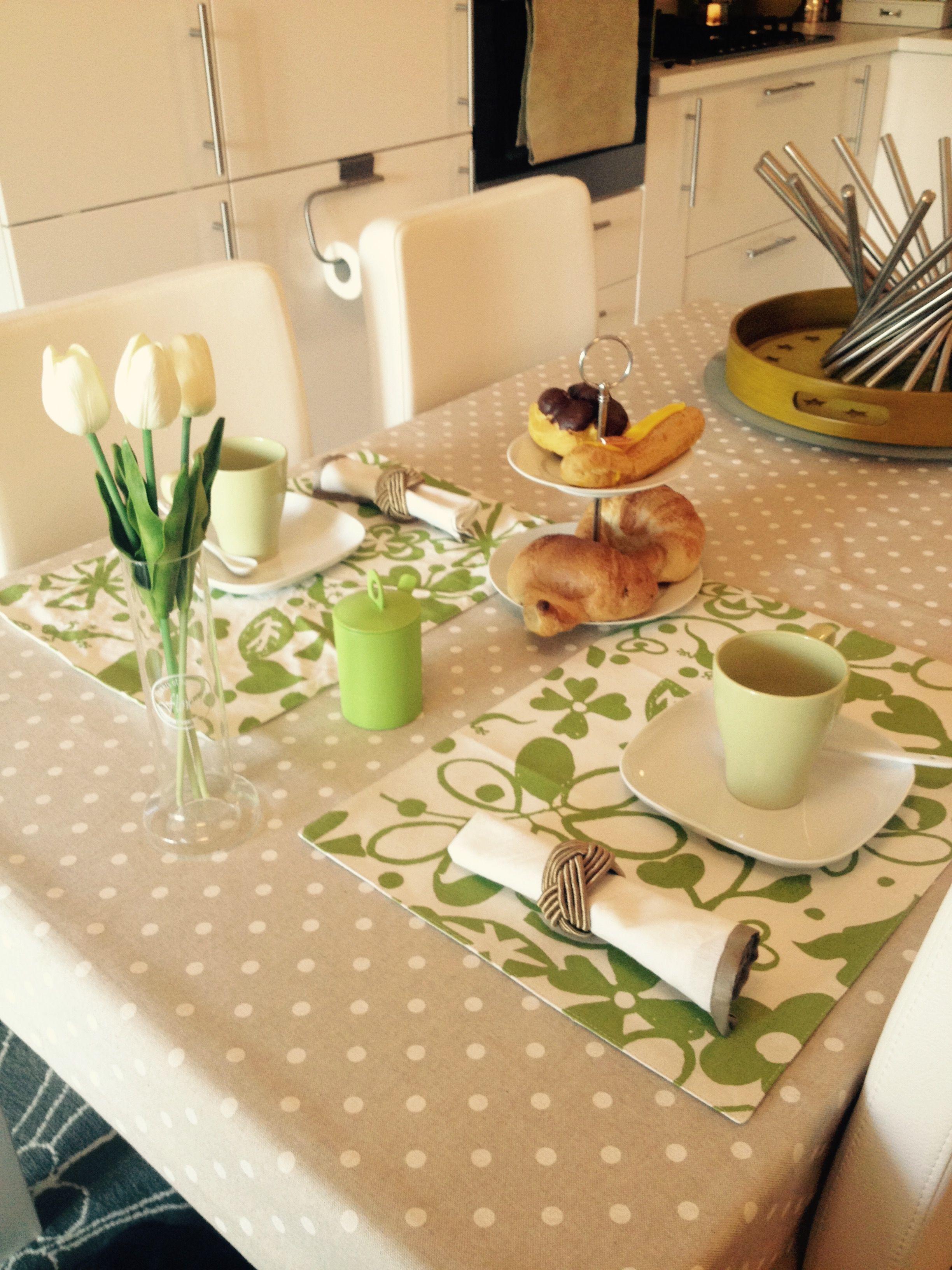 colazione con cappuccino, cornetto caldo, eclair con crema allo zabaione e bignè con crema pasticcera