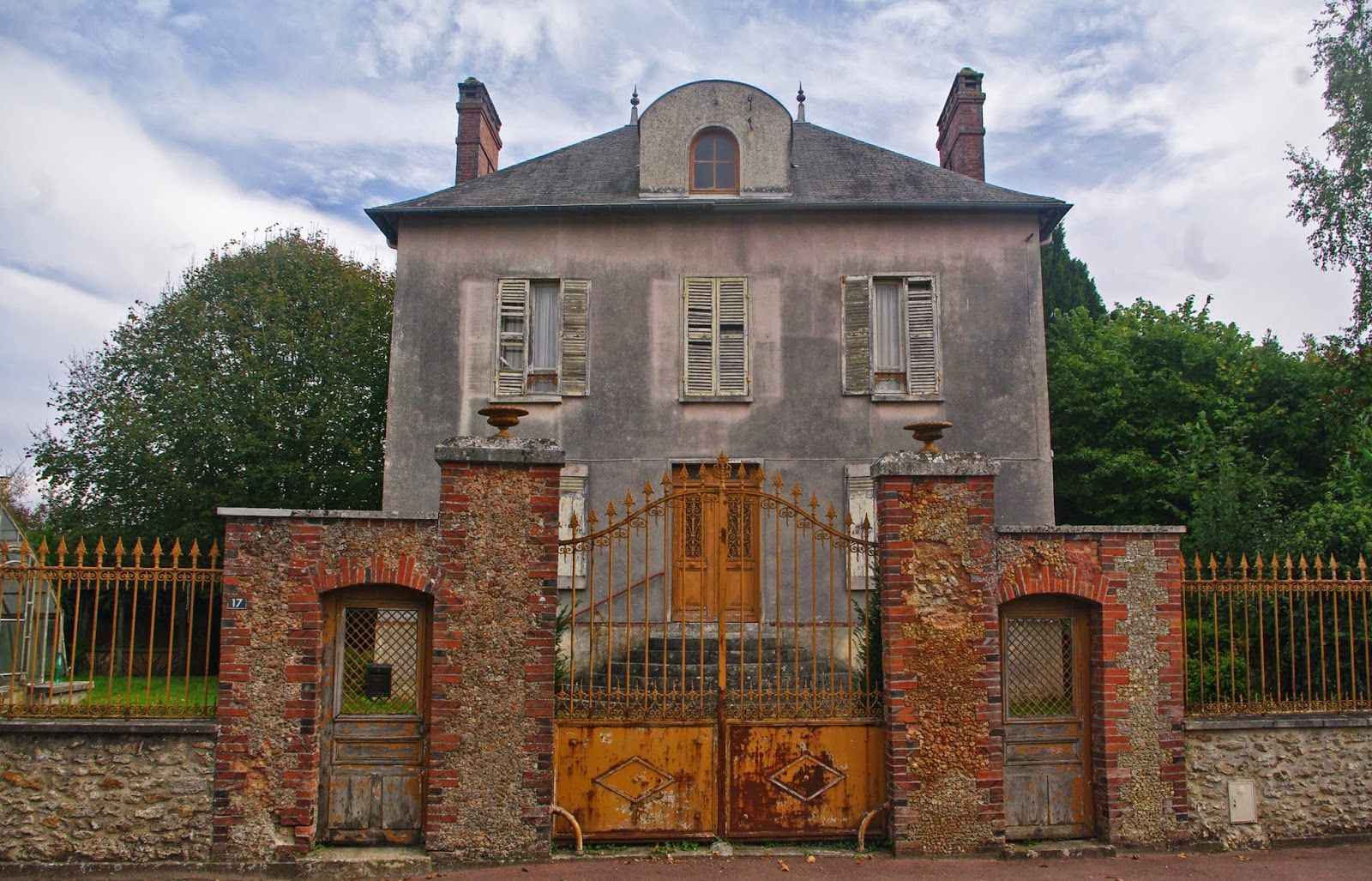 Maison abandonnée rue principale du village les granges le roi france